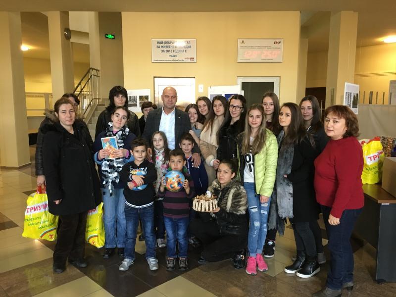 """Ученици от Хуманитарната гимназия зарадваха жители на """"Тракия"""""""