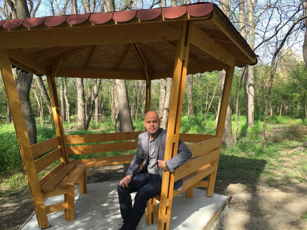 """Две нови беседки за посетителите монтират в парк """"Лаута"""""""