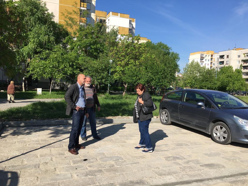 """Продължава изграждането на нови паркинги и тротоари в """"Тракия"""""""