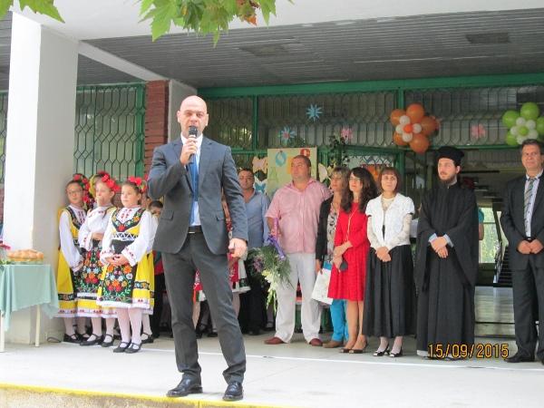 """Кметът на """"Тракия"""" приветства всички ученици в района"""