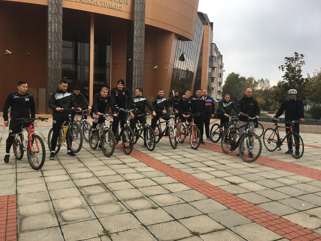 """Футболисти от """"Локомотив"""" се включиха в закриването на велосезона в """"Тракия"""""""