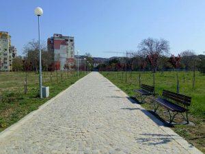 """По желание на граждани поставиха пейки край новата алея в парк """"Лаута"""""""