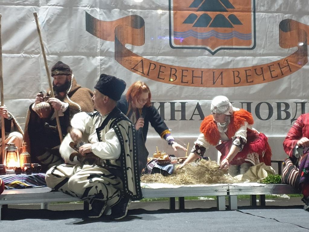 """Елхата в """"Тракия"""" грейна, празникът продължава и днес"""
