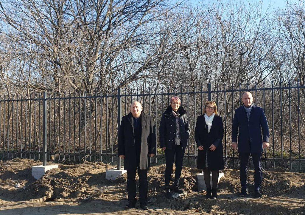 Напредва изграждането на ограда на Ботаническата градина