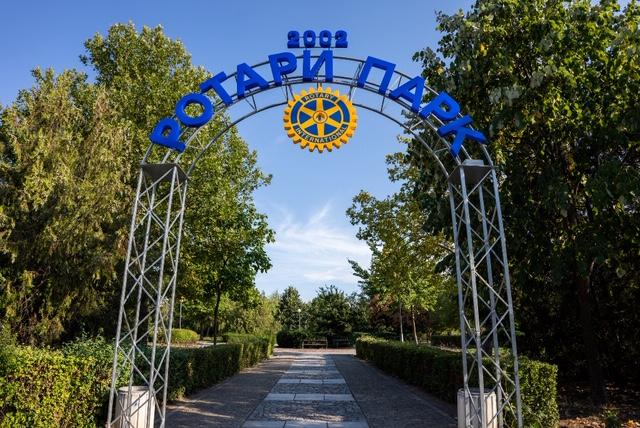"""Залесяват алея от червенолистни дръвчета в Ротари парк в """"Тракия"""""""