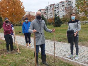 "Доброволци засадиха 70 дръвчета в парк в ""Тракия"""