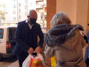 T MARKET дари пакети с храна на хора в нужда