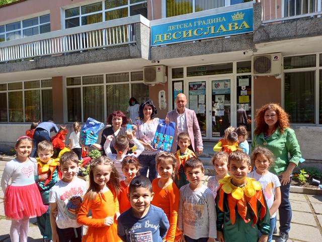 """Деца от ДГ """"Десислава"""" засадиха цветя за Световен ден на околната среда заедно с кмета на """"Тракия"""" и екоексперти"""